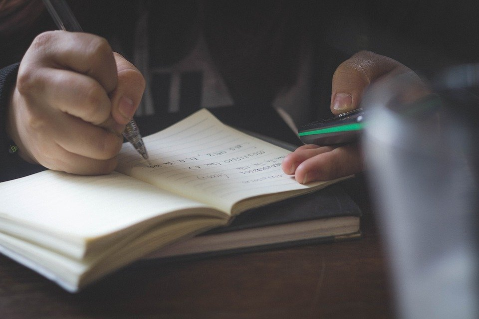 文章を作成しているイメージ