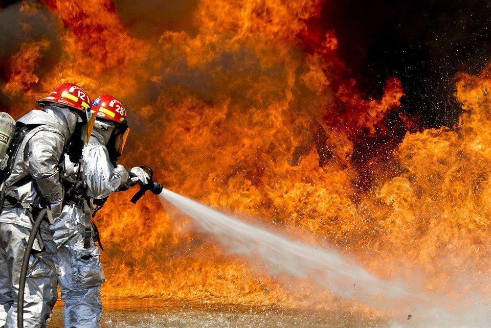 炎上を消し止めるイメージ