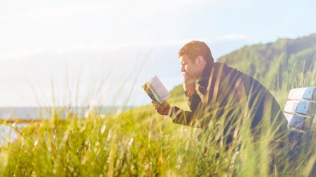 自然の中で本を読むイメージ