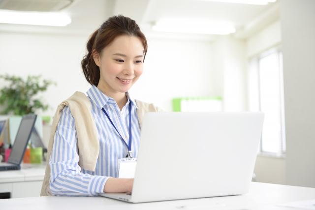 パソコンを作業する女性