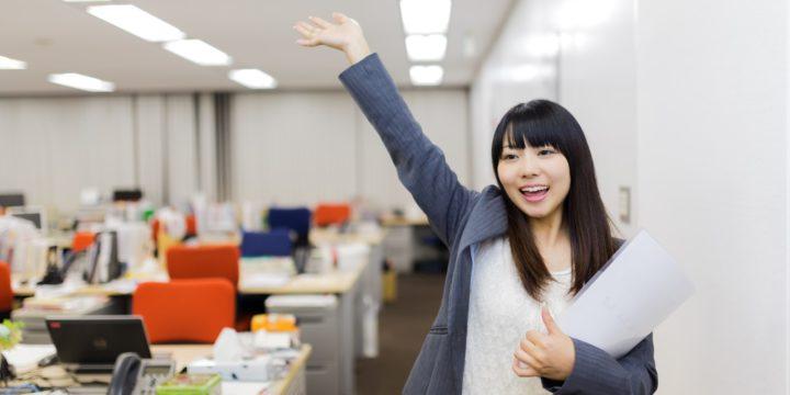 オフィスで手をあげる女性