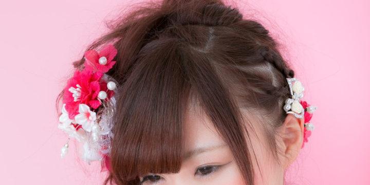 髪飾りを付けた和装の女性