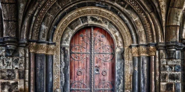 豪華な装飾をされた扉