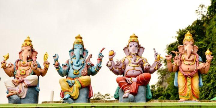 カラフルな4体の象の像