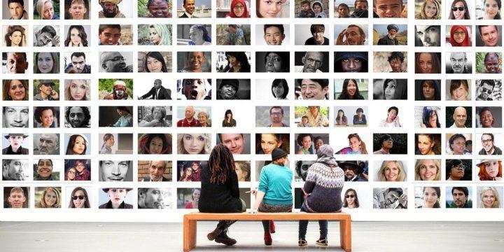 たくさんの顔写真が並ぶイメージ