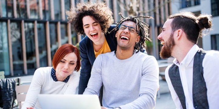 PCをみて笑顔になるグループ