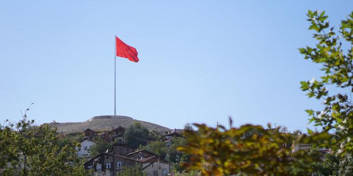丘の上に立つ大きな旗