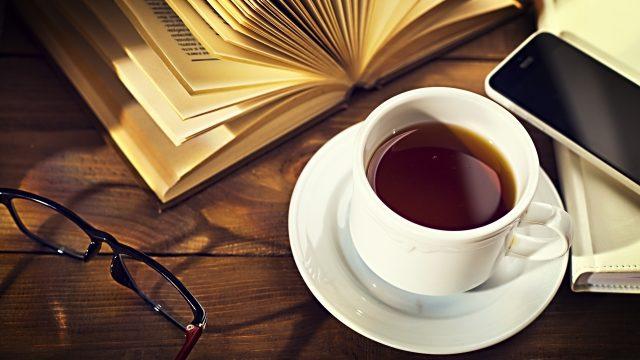 カフェで読書するイメージ