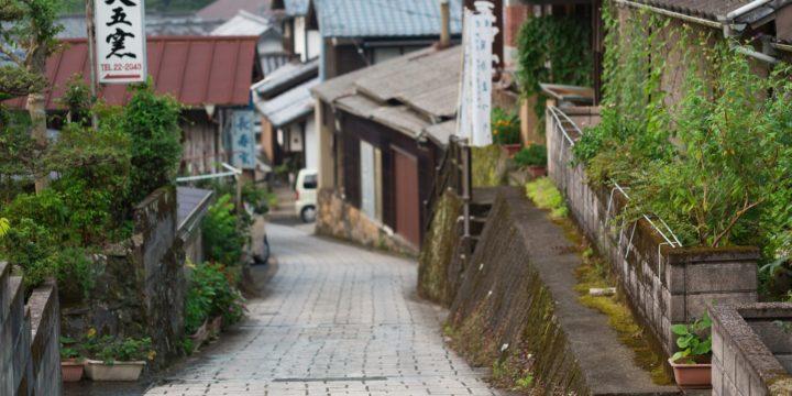 坂道に立つ家々