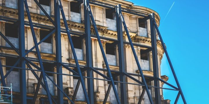 鉄骨で補強された建物