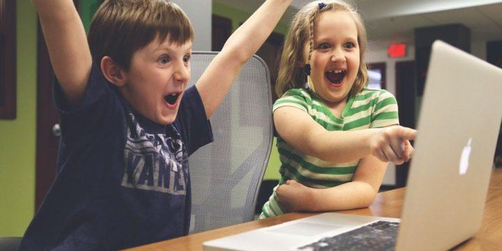 PCモニターを見て喜ぶ子どもたち
