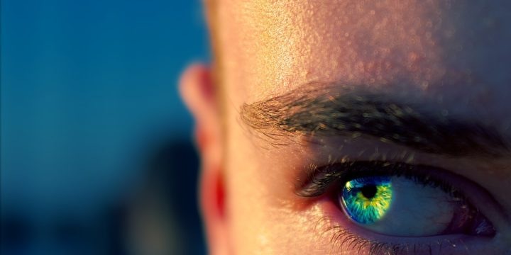 青緑色の目のイメージ