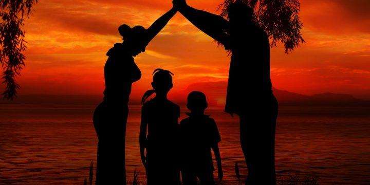 海辺に立つ家族のイメージ