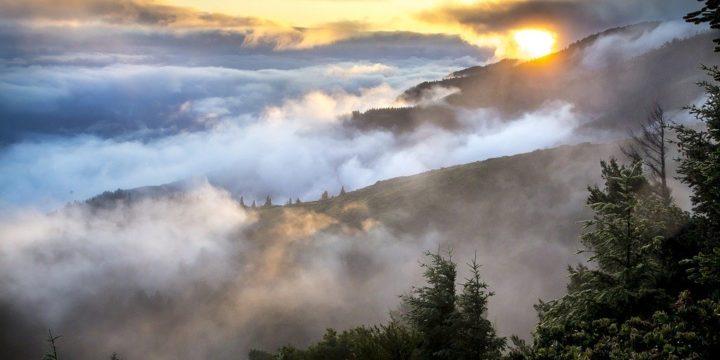 朝霧がかかった山々のイメージ