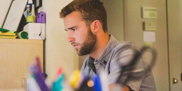 作業をする男性のイメージ