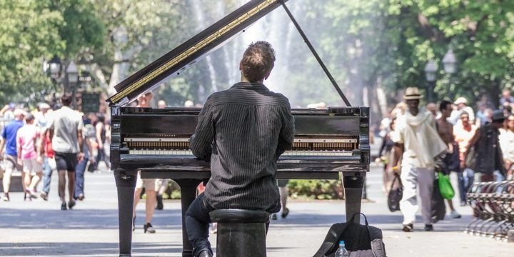 公園でピアノを演奏する男性