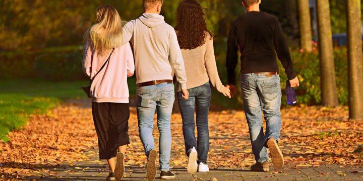 寄り添って歩くカップルのイメージ