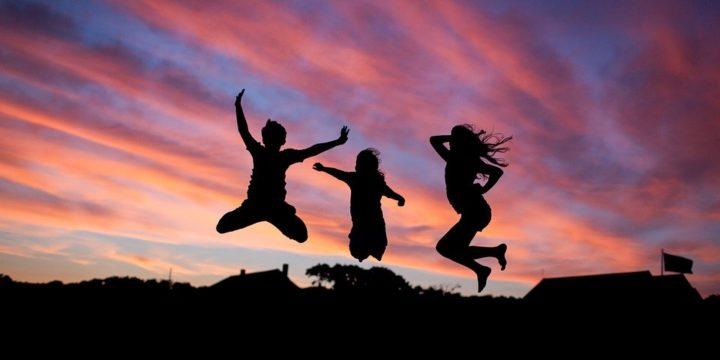 ジャンプをする3人のシルエット