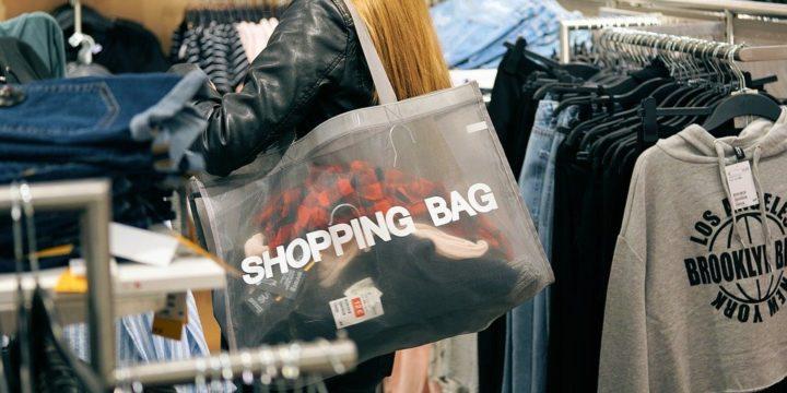 ショッピングバッグに商品を入れるイメージ