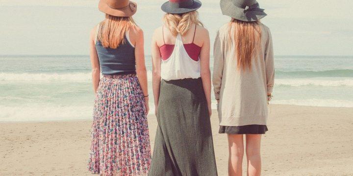 海辺に立つ3人の女性