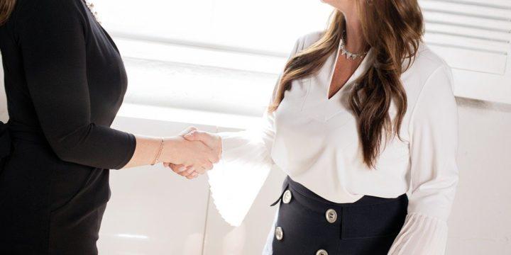 握手をする二人の女性
