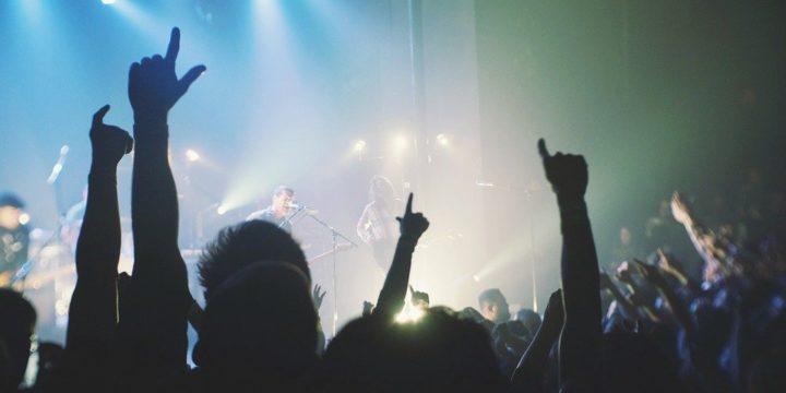 ライブ会場で盛り上がる観客たち