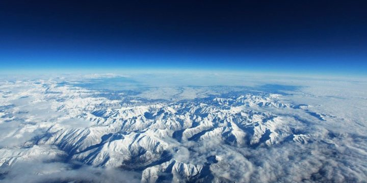 上空から見た地球の山々