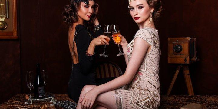 グラスを合わせる二人の女性