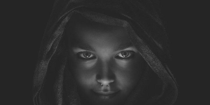 暗闇に浮かび上がる女性の顔