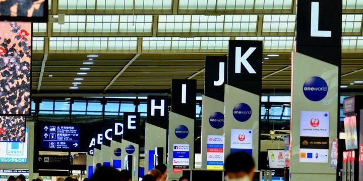 多くの人々が行き交う空港