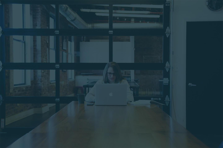 PCを操作している女性