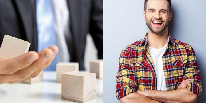 腕を組む笑顔の男性と積み木