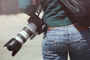 望遠レンズを携帯しているイメージ