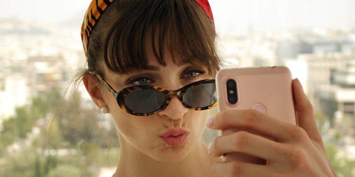 スマホを見るサングラスを掛けた女性