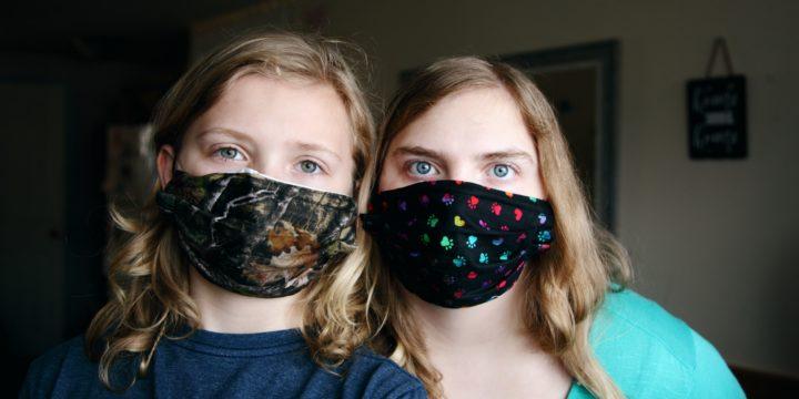 マスクを付けた親子